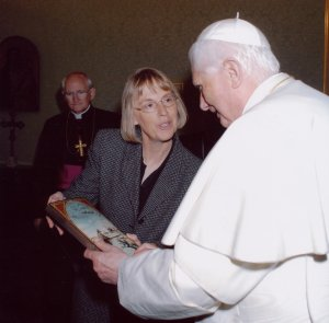 Mennonite World Conference president Nancy Heisey hands Pope Benedict XVI an icon of Anabaptist martyr Dirk Willems. (Courtesy of The Mennonite)